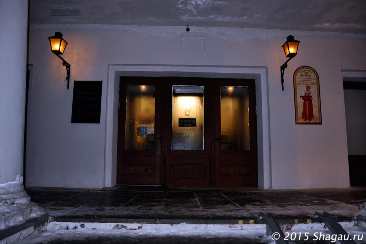Вход в дегустационный зал и ресторан Суворов