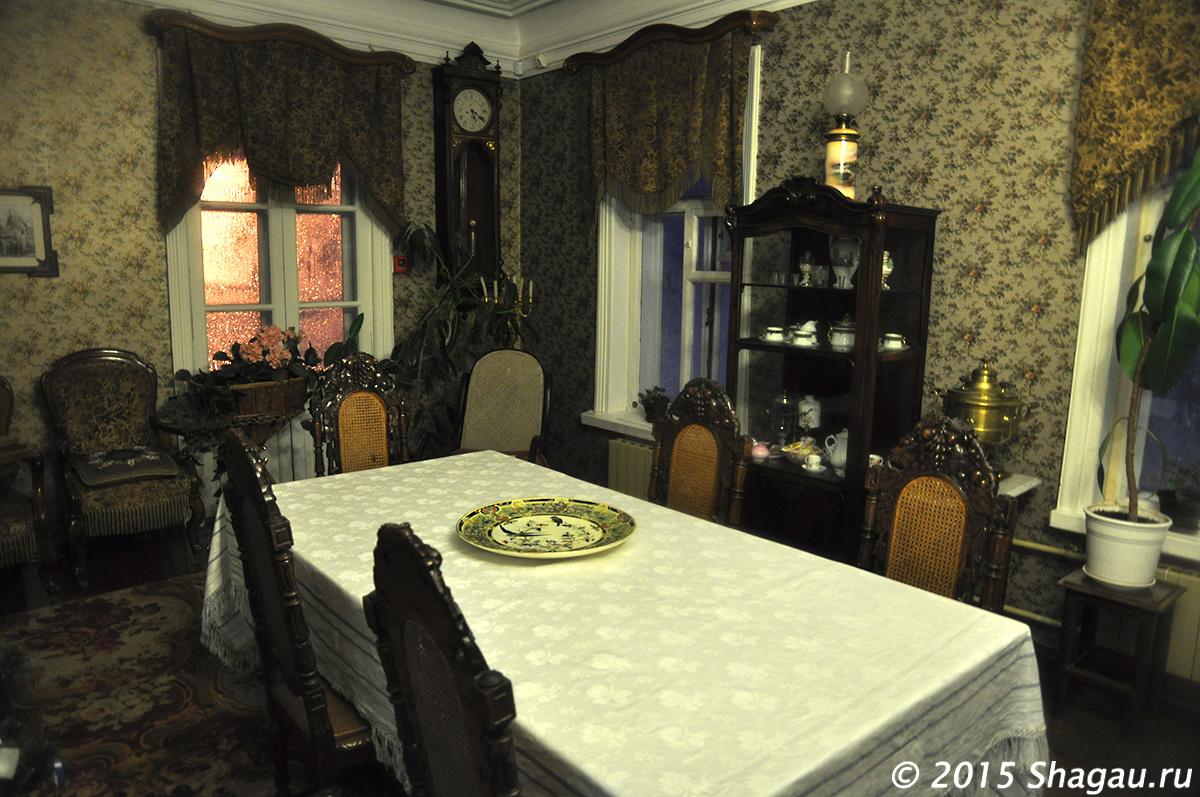 В гостиной Столетовых