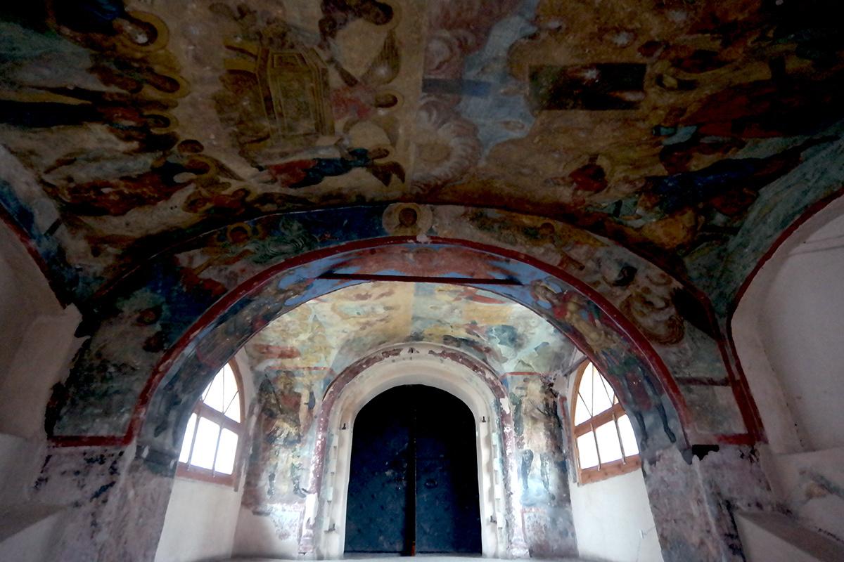 Перед входом в собор Великий Новгород