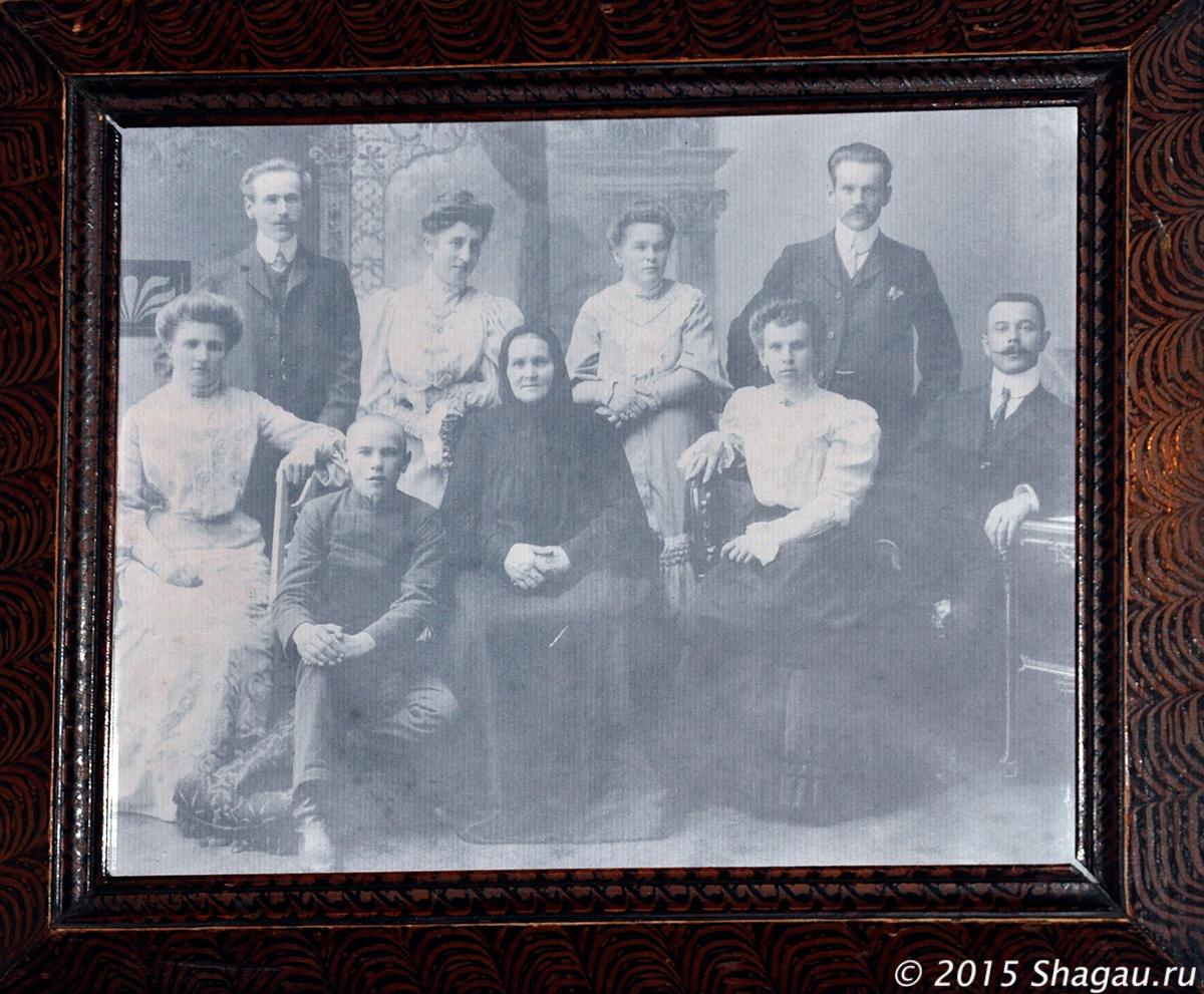 Семейное фото с бабушкой-крестянкой
