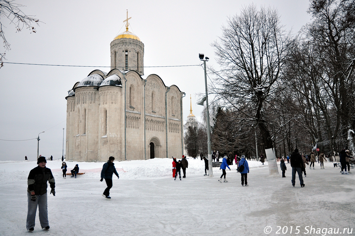 Каток под стенами Дмитриевского собора