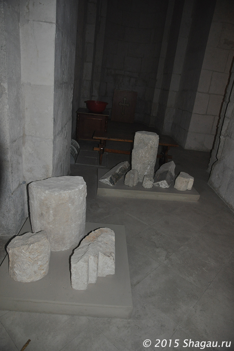 Фрагменты белого камня