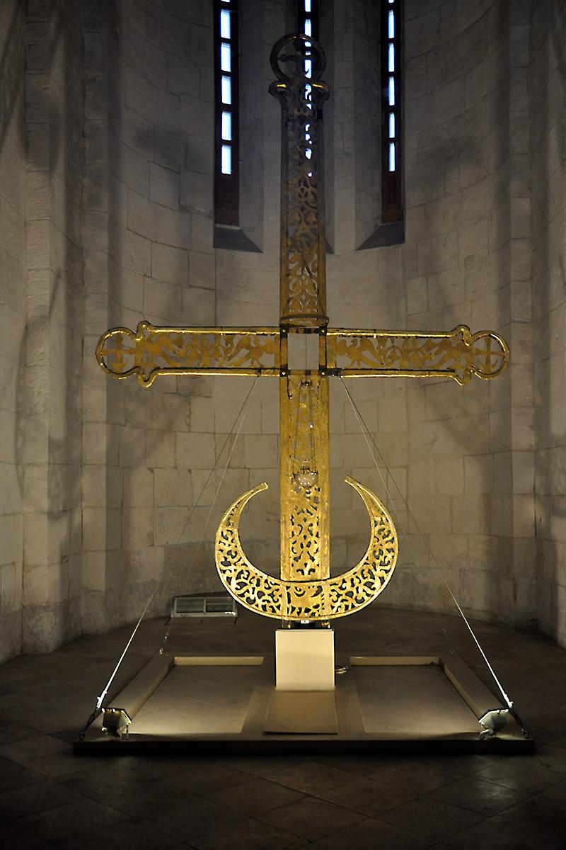 Четырехметровый крест Дмитриевского собора