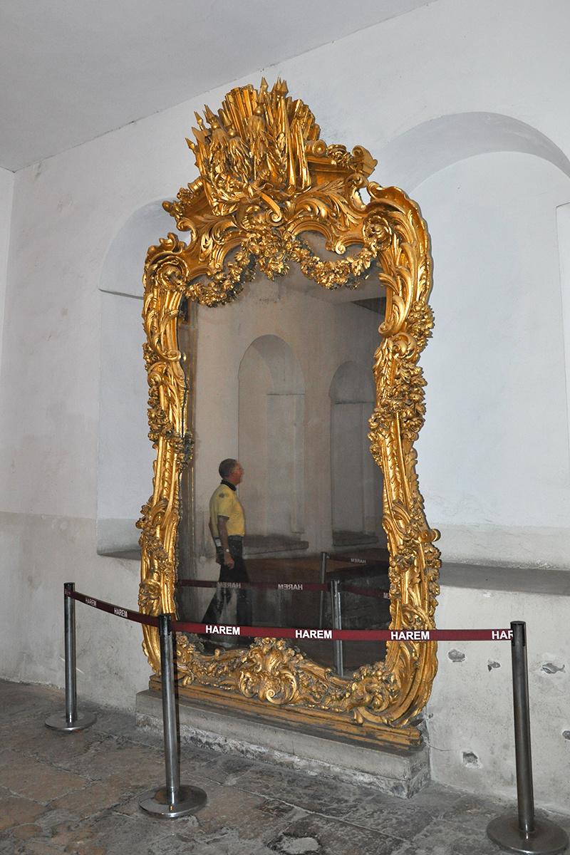 Зеркало около покоев наложниц
