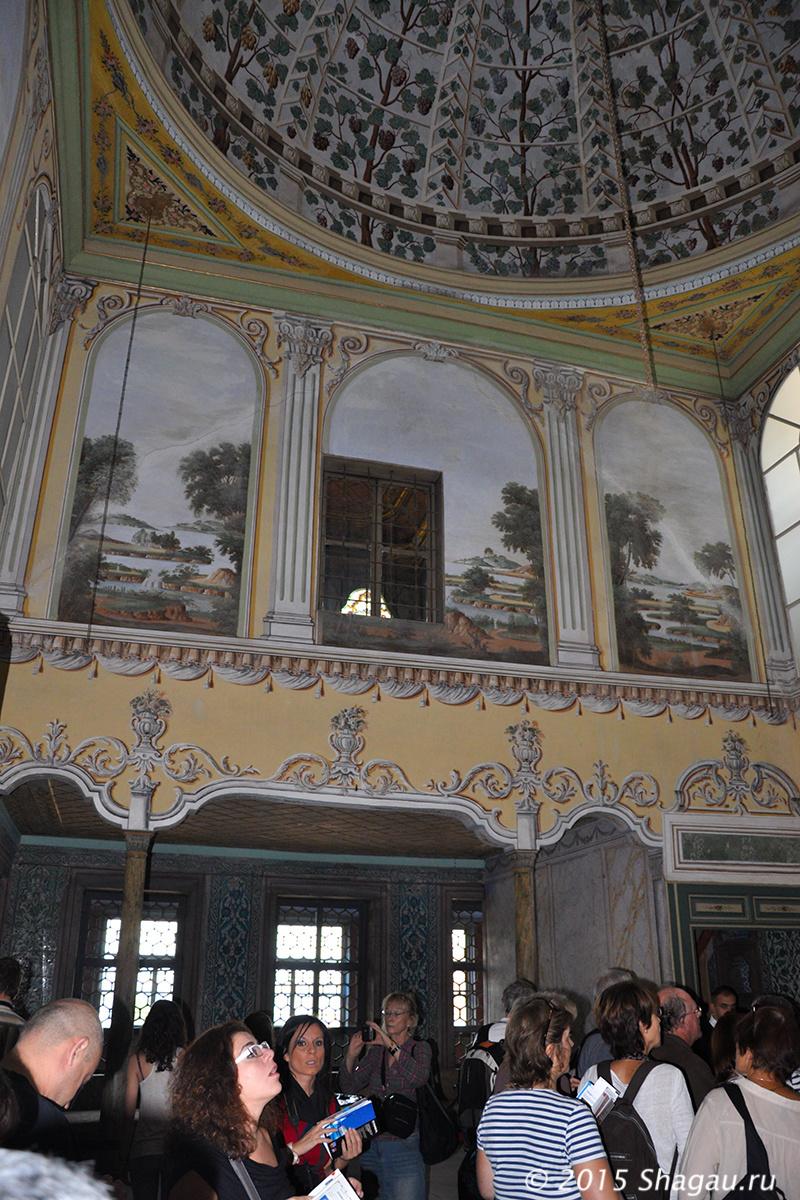 В одном из парадных залов дворца