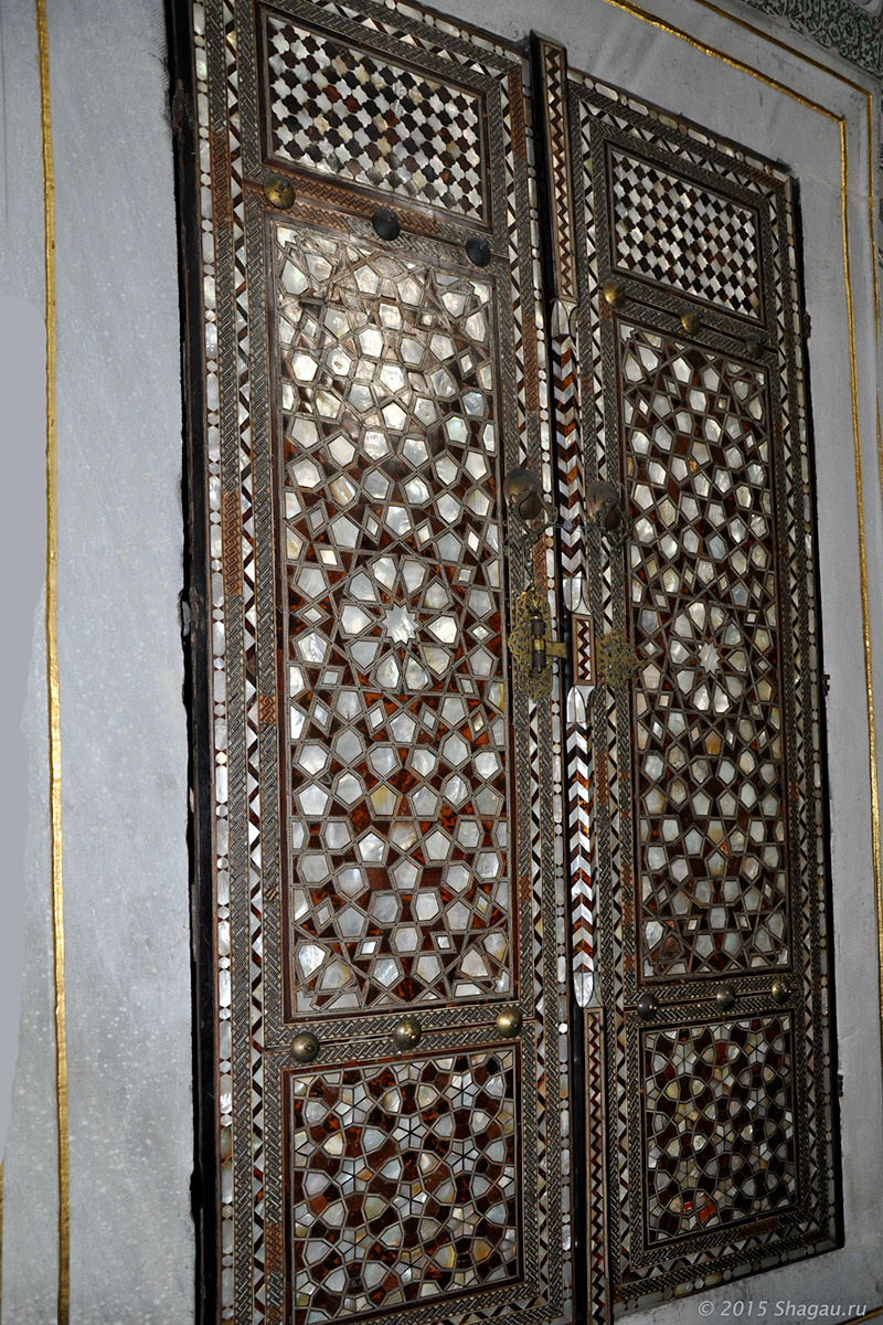 Двери, украшеные перламутром