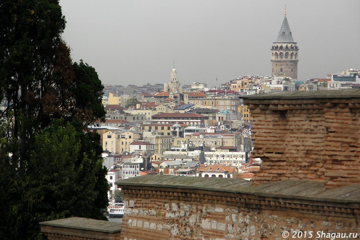 Вид на башню Галата из дворика наложниц
