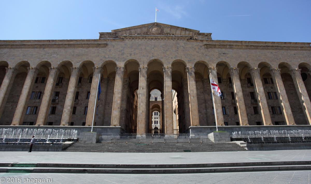 Здания по проспекту Руставели. Старое здание парламента