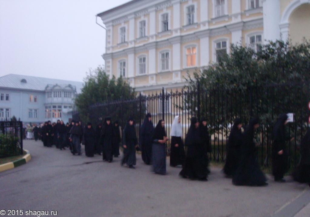 Монахини идут на вечернюю службу