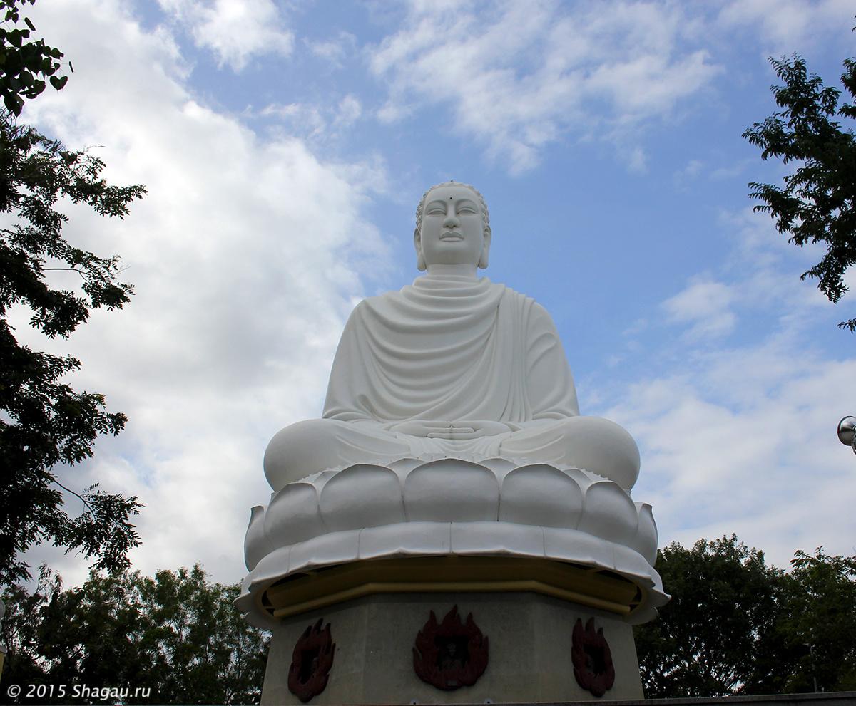 Статуя Белого Будды