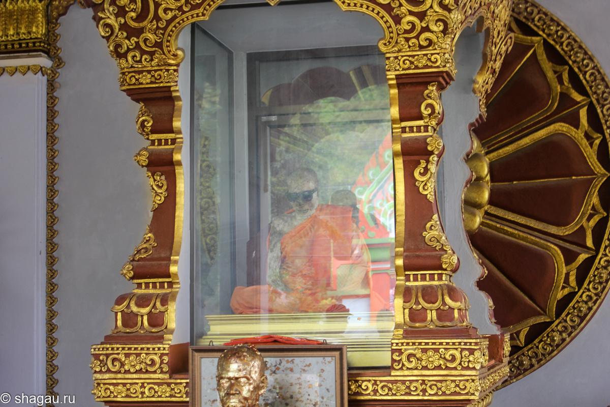 В храме Wat Khunaram