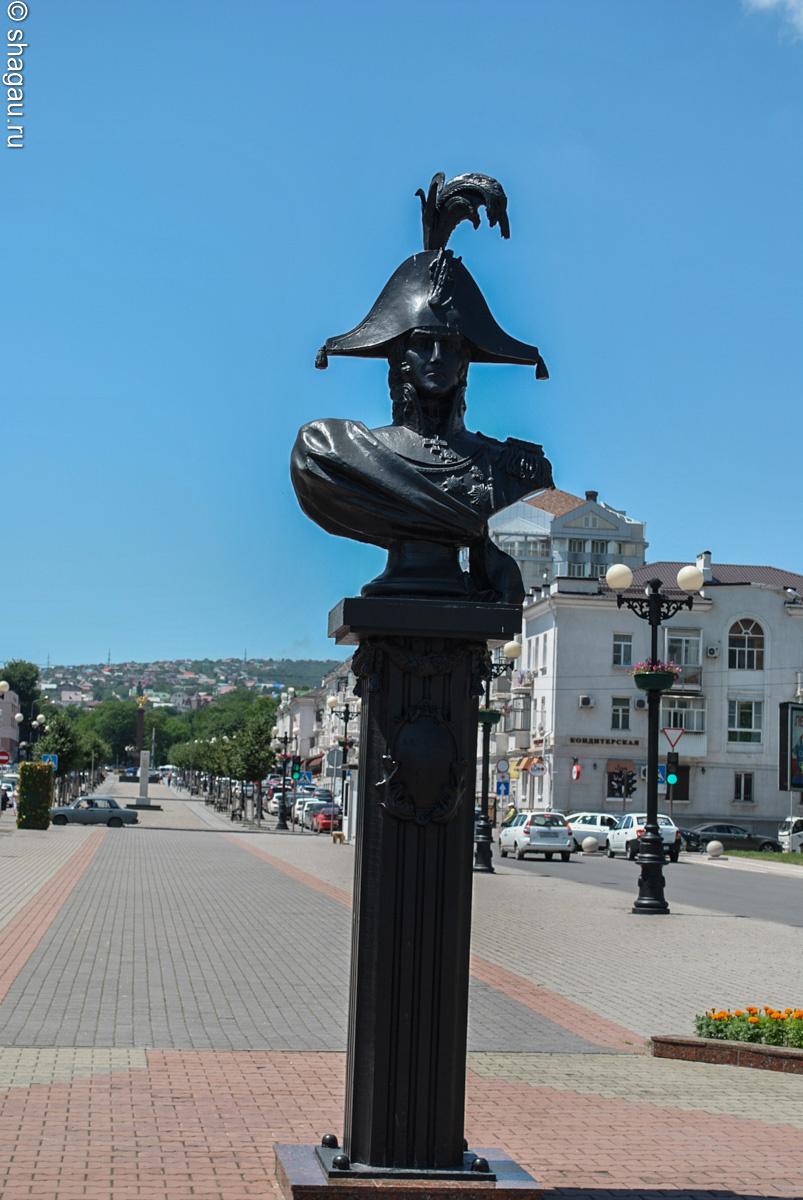 Памятник Адмиралу Лазореву