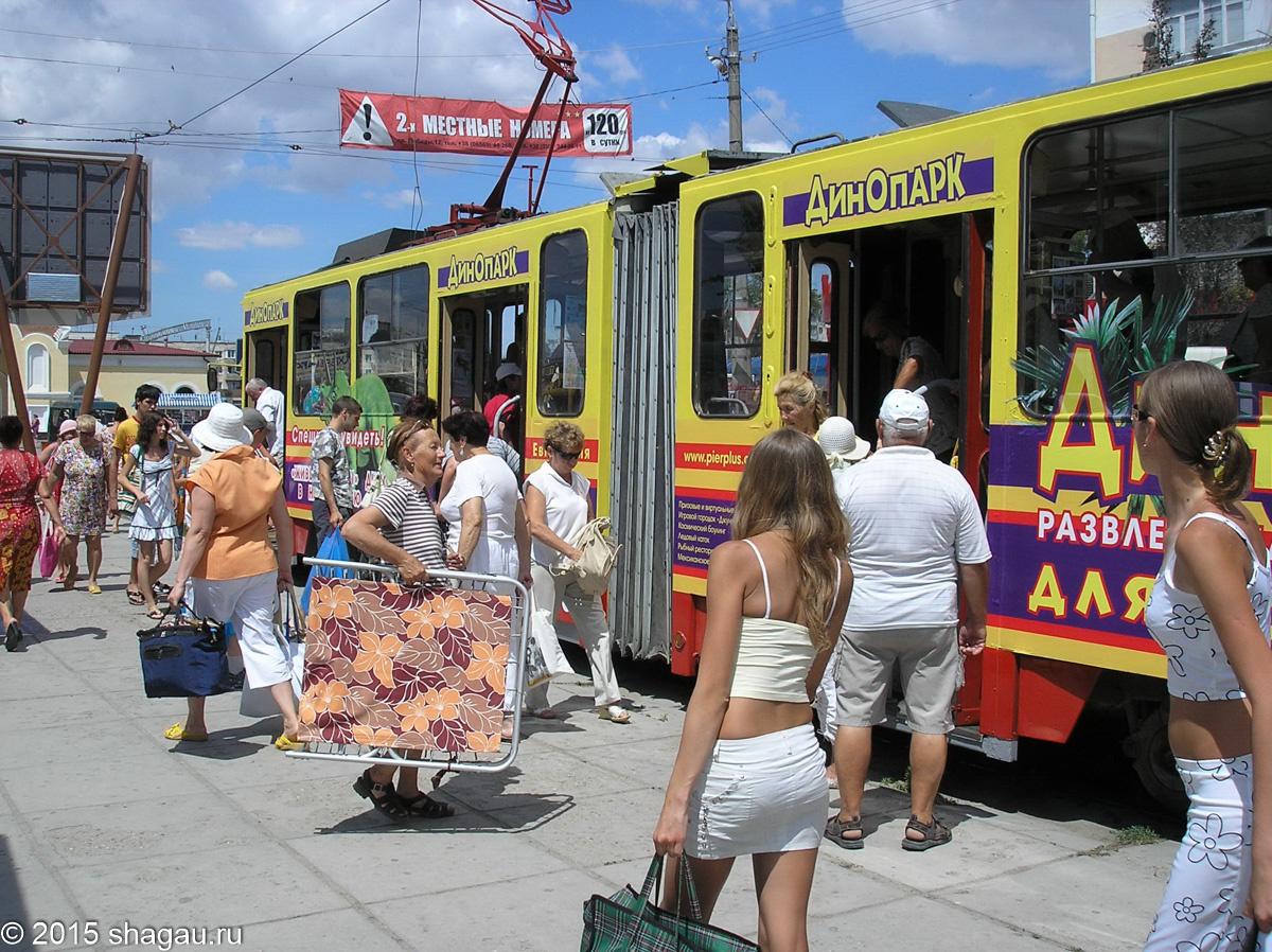 Суета на трамвайной остановке