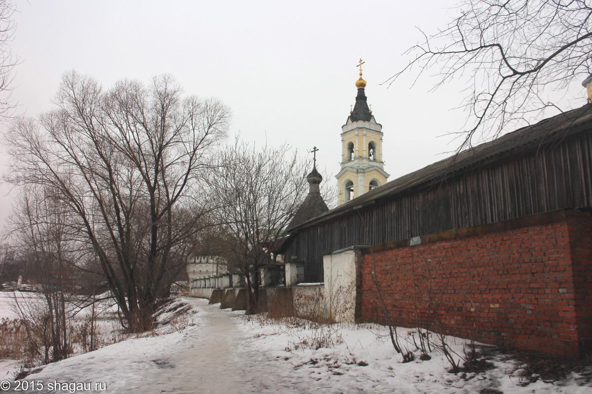 Вид на церковь и забор трикотажной фабрики