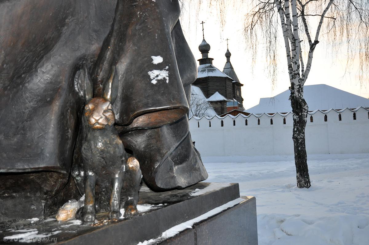 Заяц с обратной стороны памятника