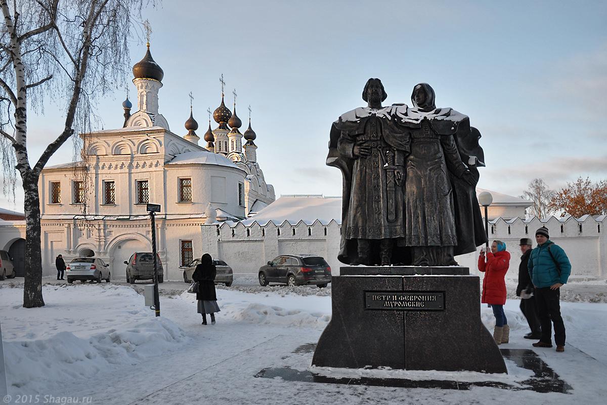 Муром. Памятник Петру и Февронье