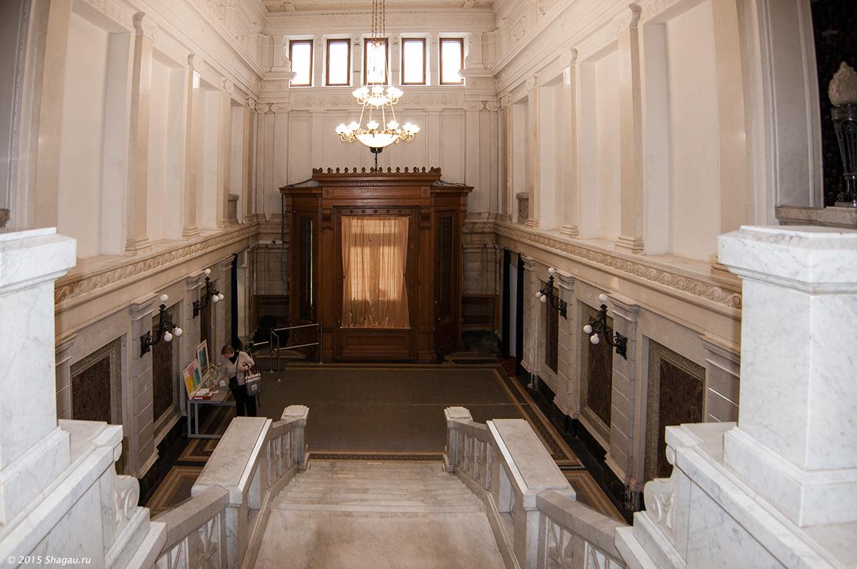 Вид на холл с лестницы