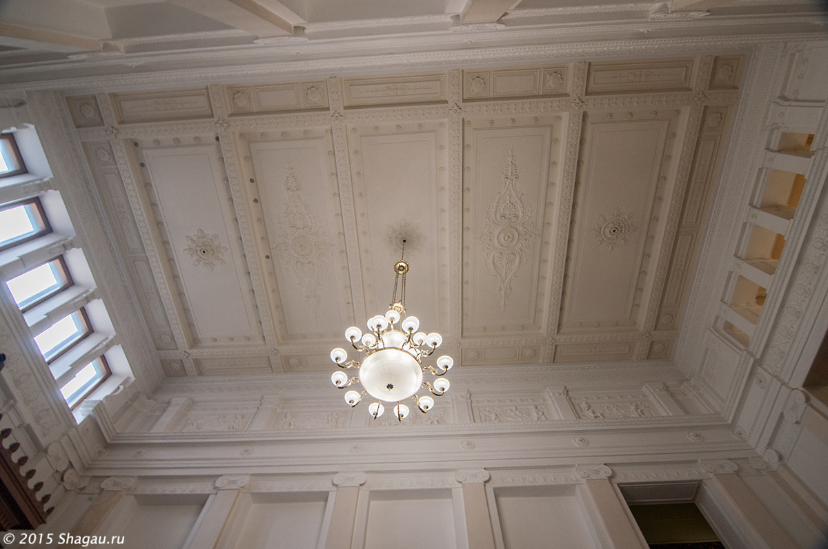 Потолок в холле у лестницы