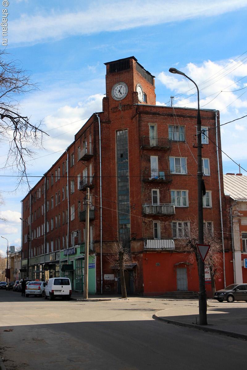 Кирпичное здание с часами