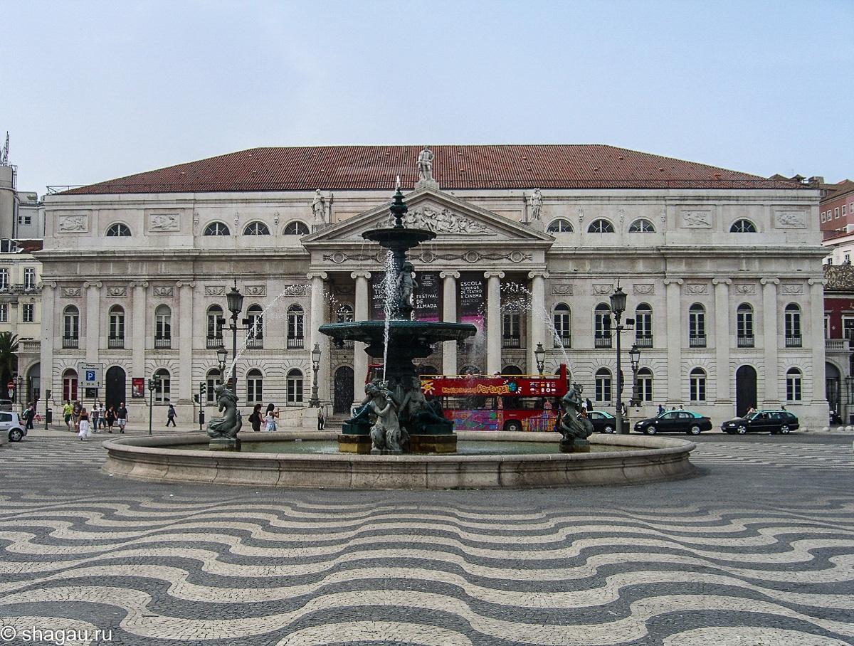 Национальный театр и фонтан на площади Rossio