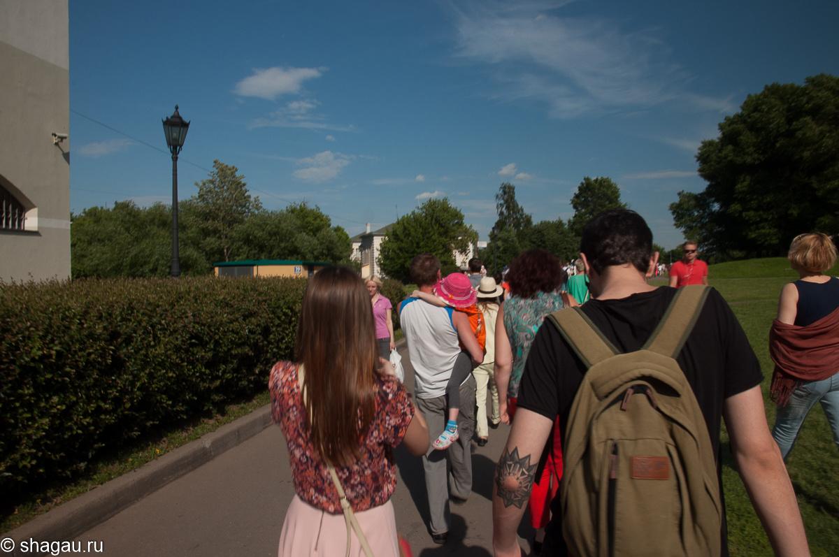 Толпа идет на фестиваль