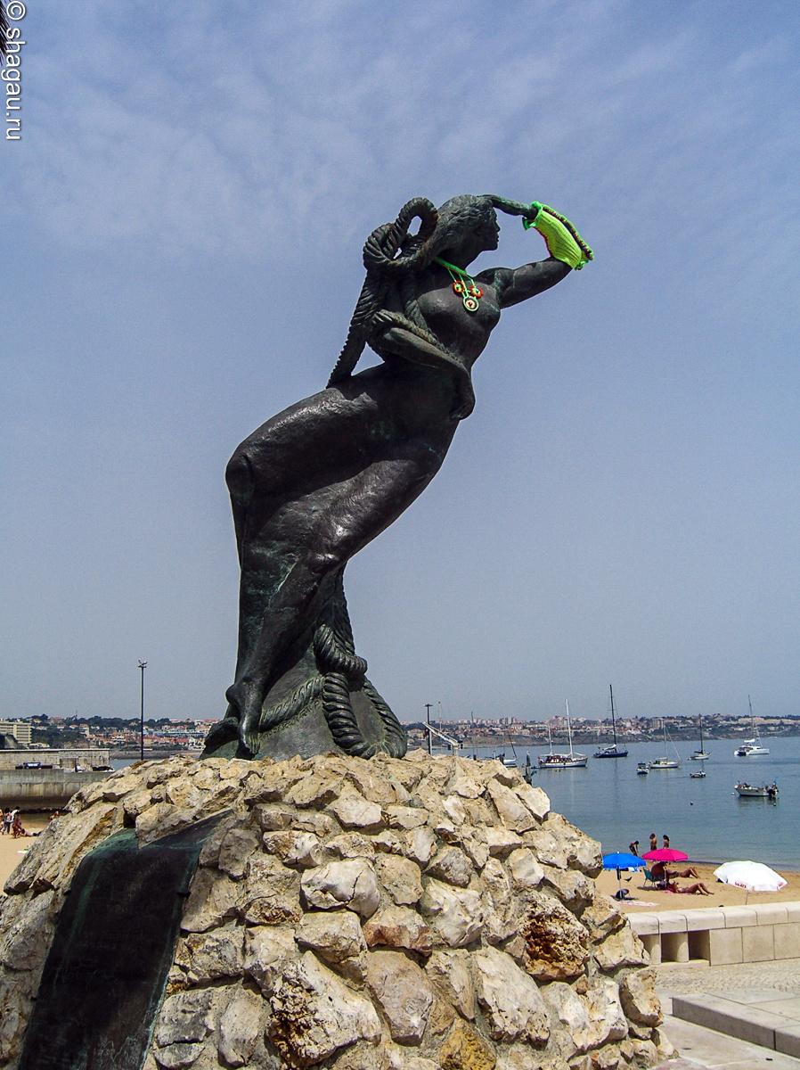 Скульптура, посвященная женам моряков, ожидающим мужей из плавания.