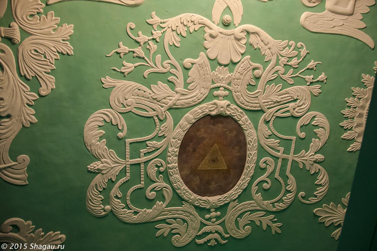 Картуш на стене