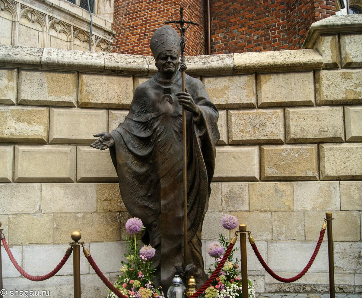 памятник знаменитейшему польскому поэту и педагогу  Каролю Войтыле