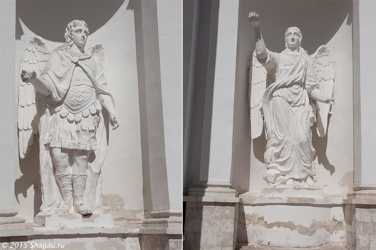 Скульптуры в нишах
