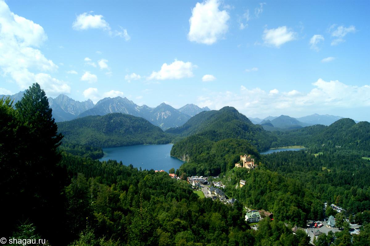 замок Хоэншвангау, окруженный двумя озерами – Шванзее и Альпзее