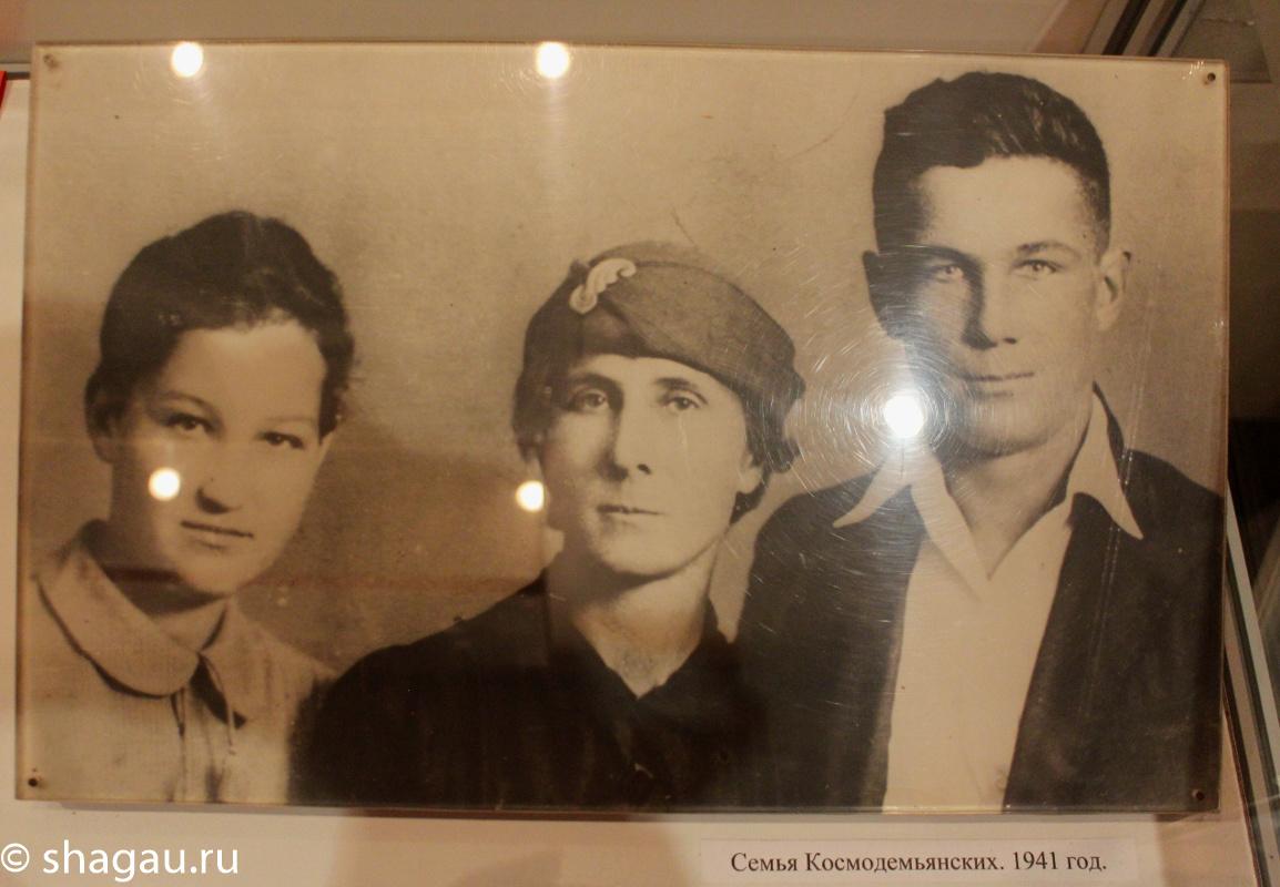 Зоя с мамой и братом
