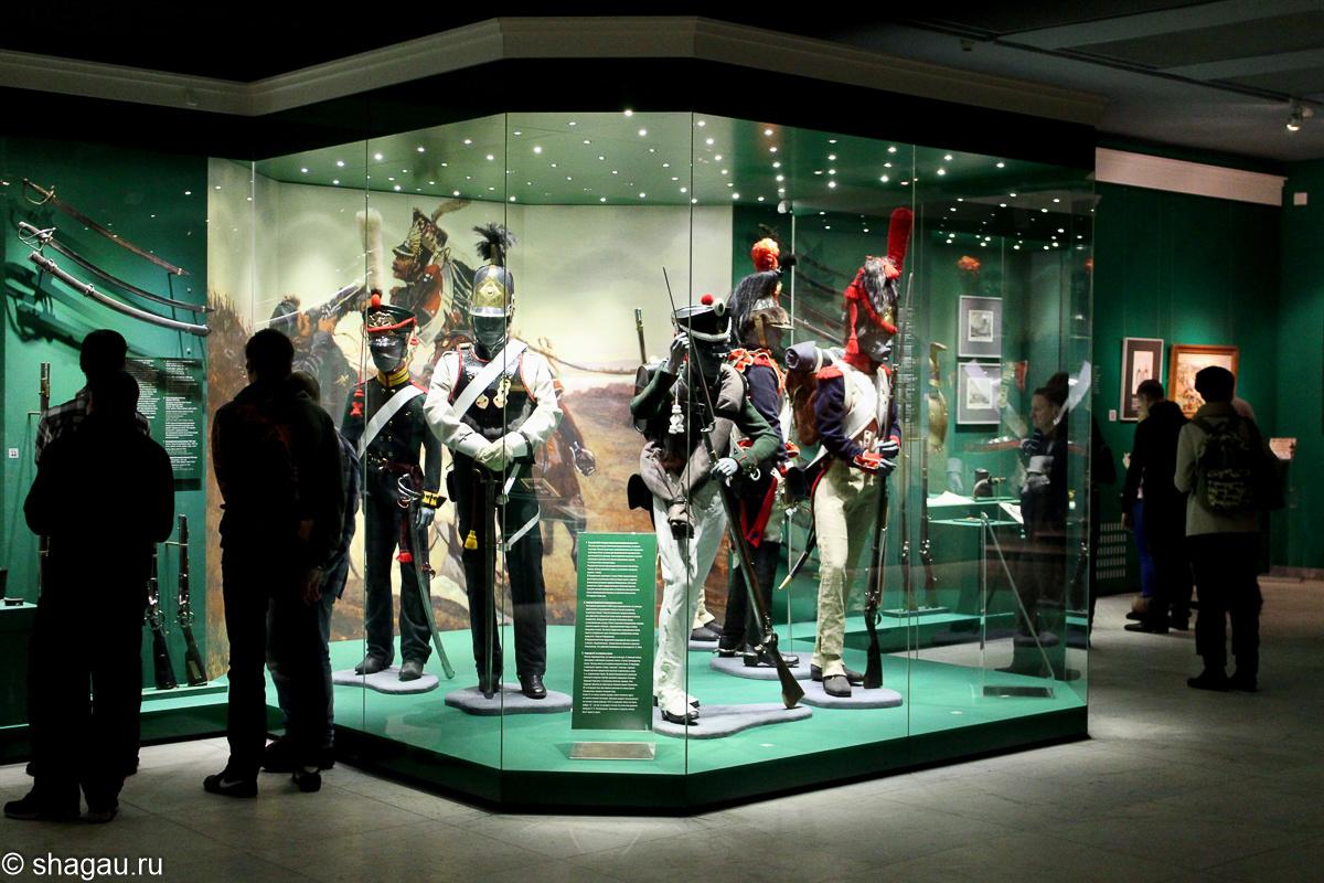 фигуры, одетые в форму французских и русских солдат войны 1812 г
