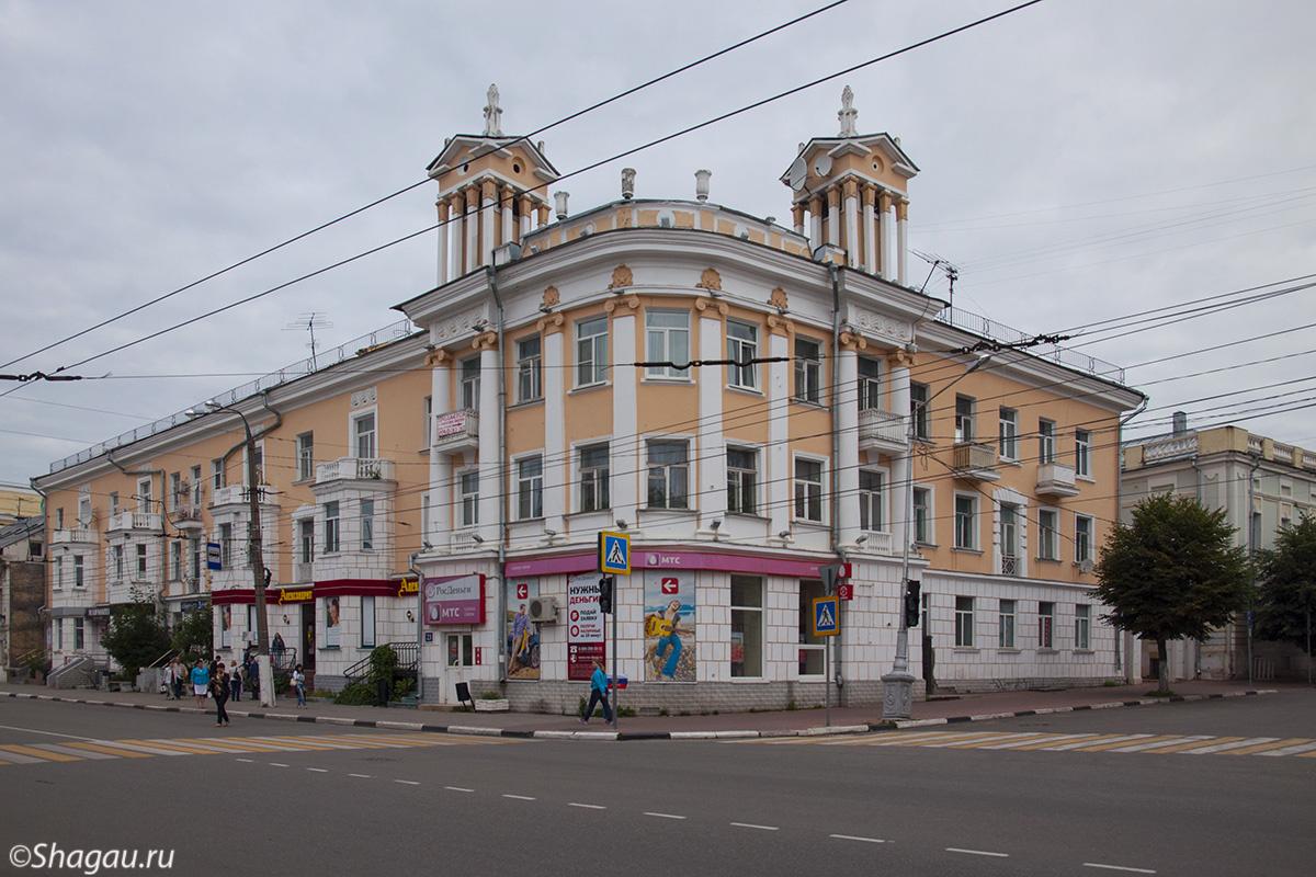 Здание на углу ул. Новоторжской.