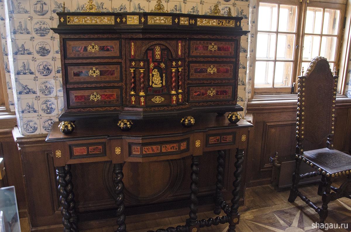 Мебель в Меньшиковском дворце
