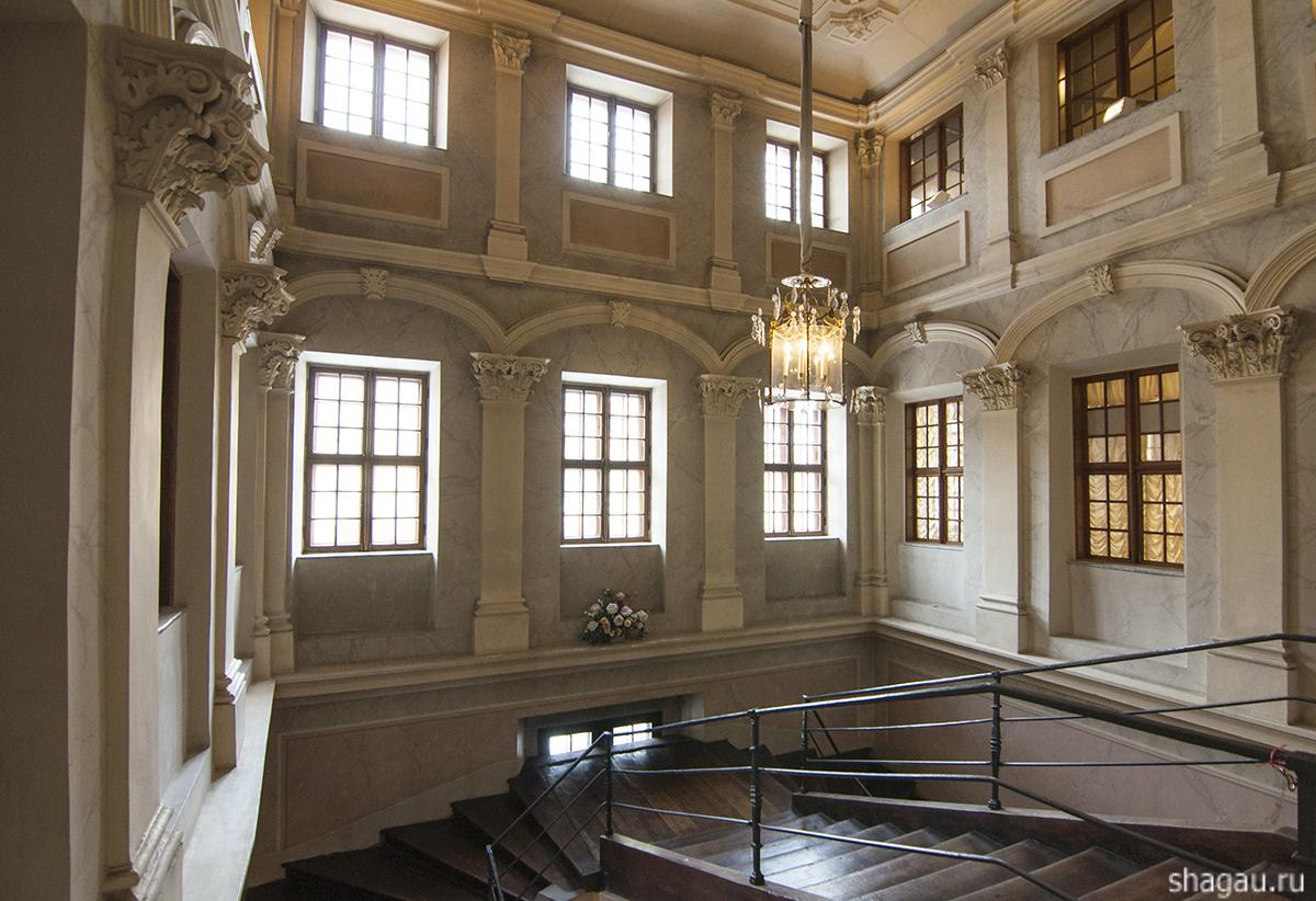 Парадная лестница Меньшиковского дворца