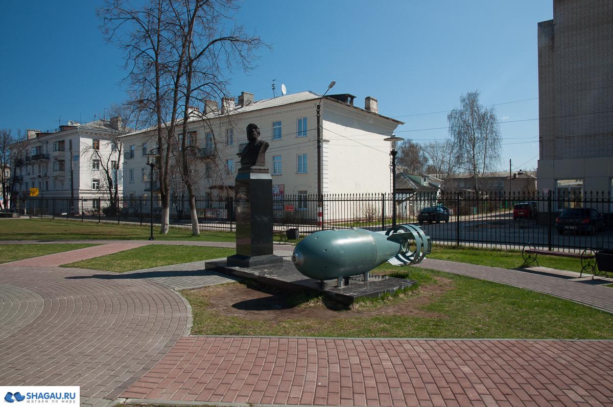 Бор. Памятник конструктору Негину