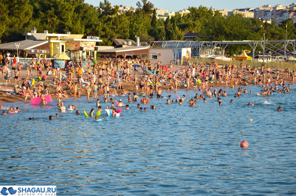 Вот, сколько людей на пляже в центре Геленлжика