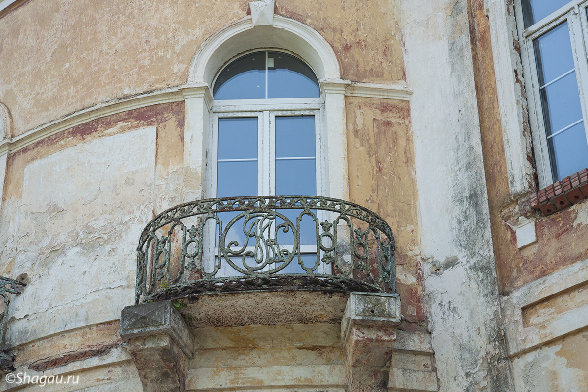 Вензеля на балконах