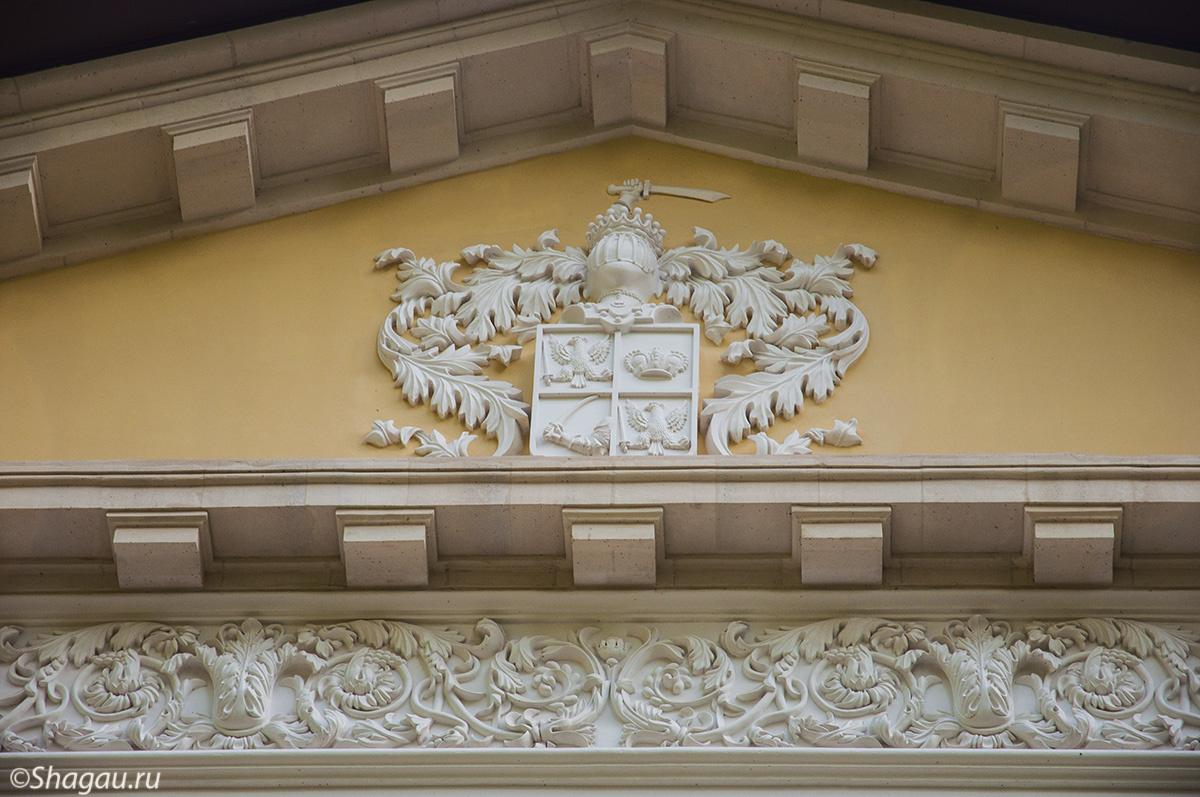 Герб на усадьбе Старо-Михайловское