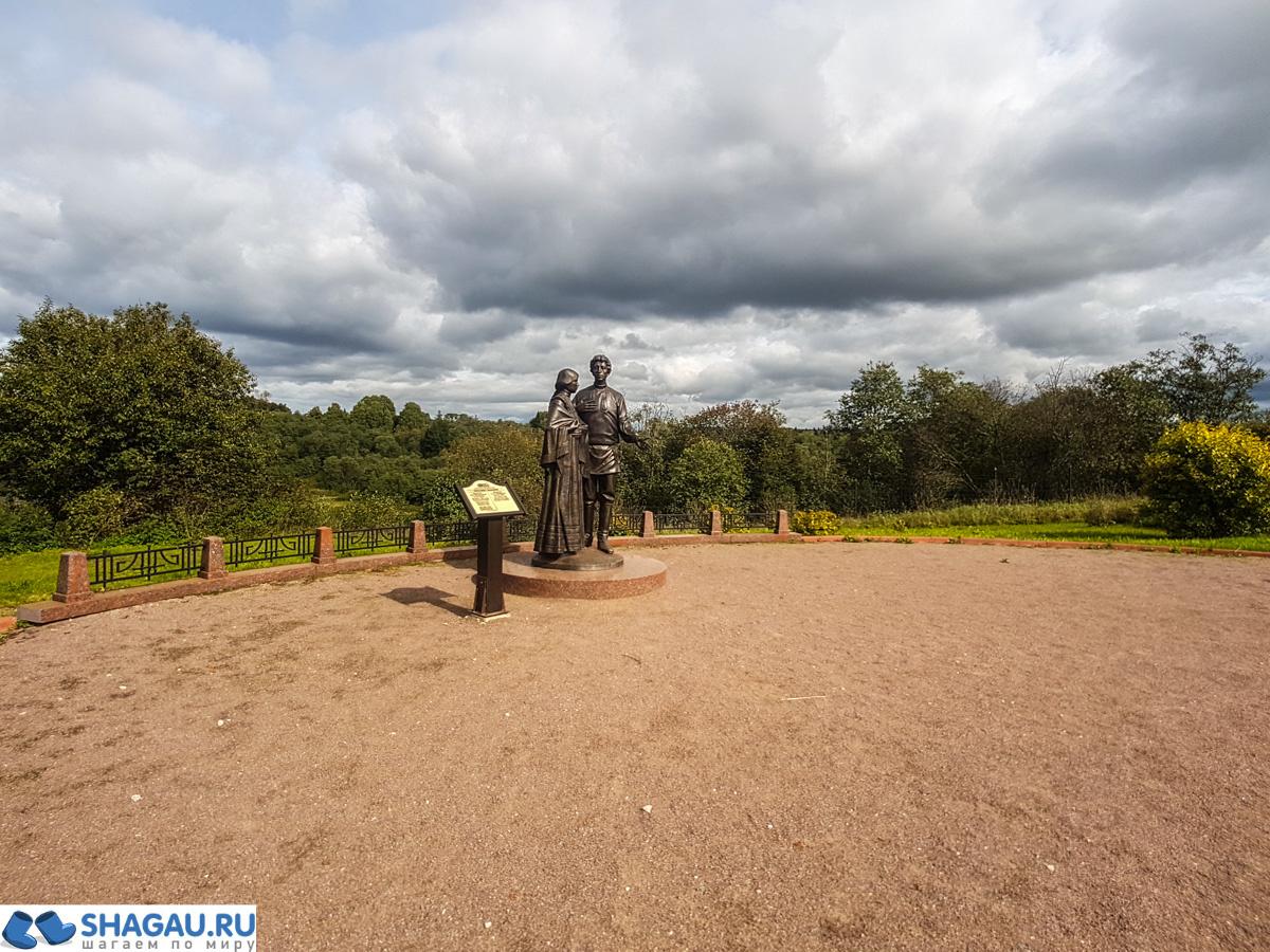 Памятник Блоку с его прекрасной дамой Менделеевой