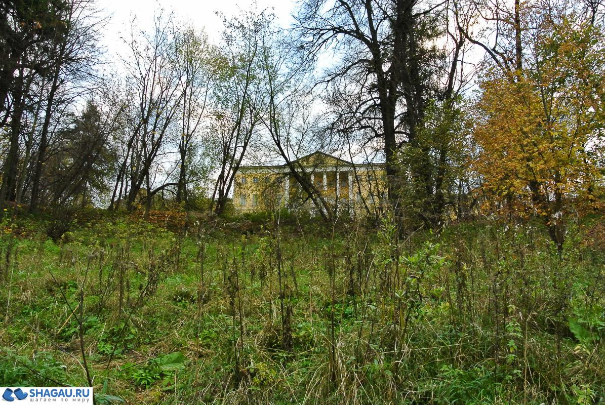вид на усадебный дом от реки