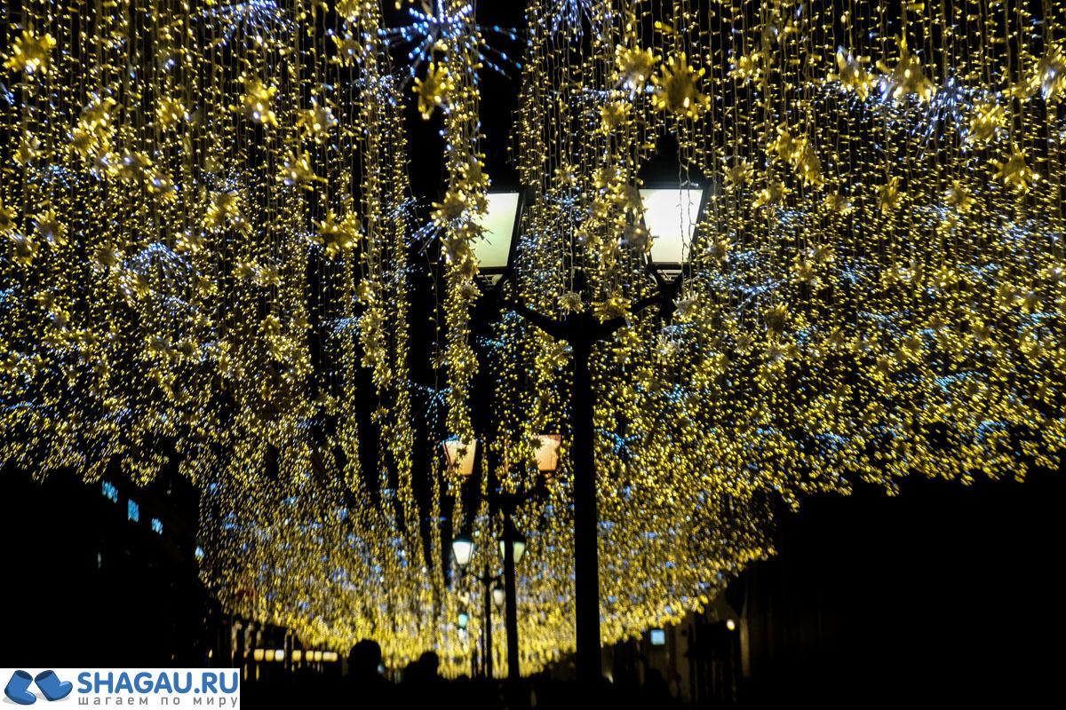 Звездное небо на новогодней Никольской улице