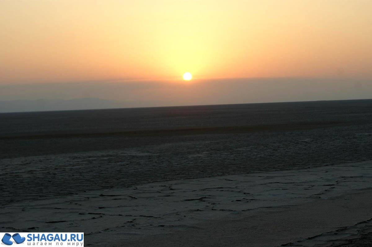 Рассвет на соляном озере Шот Эль-Джерид